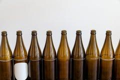 Много пустых коричневых пивных бутылок на деревянном столе стоковые изображения rf