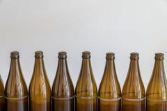 Много пустых коричневых пивных бутылок на деревянном столе стоковое изображение rf