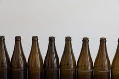Много пустых коричневых пивных бутылок на деревянном столе стоковое изображение