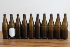 Много пустых коричневых пивных бутылок на деревянном столе стоковое фото rf