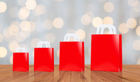 Много пустых красных хозяйственных сумок Стоковая Фотография