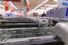 Много пустых магазинных тележкеа в ряд Стоковые Фото