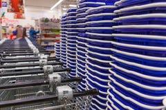 Много пустых магазинных тележкеа в ряд Стоковые Фотографии RF