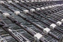 Много пустых магазинных тележкеа в ряд Стоковое фото RF