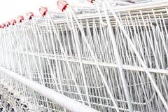 Много пустых магазинных тележкеа в ряд Стоковое Изображение RF