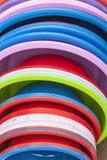Пластичные тазики в много цветов стоковое фото