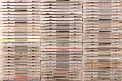 Много различных коробок с компактными дисками груши предпосылки схематические зеленые изолированные белые стоковое фото