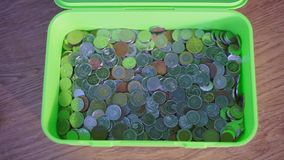 Много различных монеток в коробке сток-видео