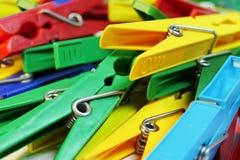Много различных покрашенных пластичных поднимающих вверх колышков одежд близких стоковое фото rf