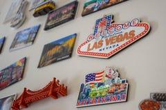Много различных сувениров магнита перемещения на белом холодильнике, двери стоковая фотография