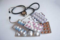 Много различных таблеток и стетоскоп стоковое фото rf