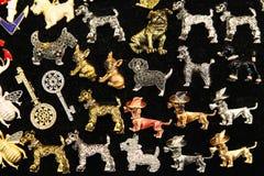 Много различных фибул ювелирных изделий в форме собак Стоковое Фото