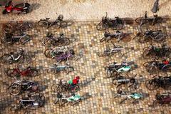 Много различных велосипедов припаркованных на улице Стоковые Фото