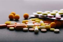 Много различных медицин, таблетки, таблетки, капсулы Стоковое Фото