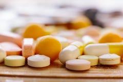 Много различных медицин, таблетки, таблетки, капсулы Стоковое Изображение
