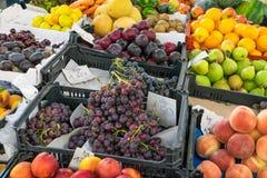 Много различных плодоовощей на рынке Стоковые Фотографии RF