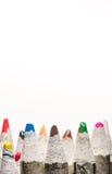 Много рисуют crayons на белизне стоковое изображение rf