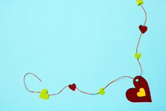 Много родственных бумажных сердец на нежно голубой предпосылке Стоковое Изображение