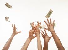 Много рук состязаясь для заразительных денег падая сверху, whit Стоковые Фото