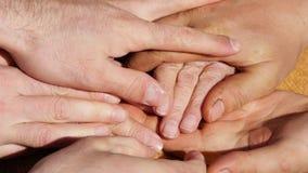 Много рук утешая старую пару рук внешних Стоковая Фотография RF