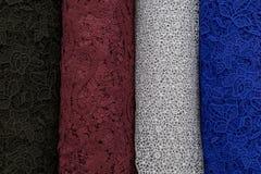 Много рулоны ткани Болты ткани шнурка голубые, серые, коричневые цвета Стоковое Изображение RF