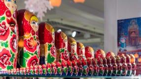 Много русских традиционных кукол Ðœatryoshka в сувенирном магазине Стоковые Изображения