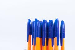 Много ручки шариковой авторучки на белой предпосылке стоковые фотографии rf