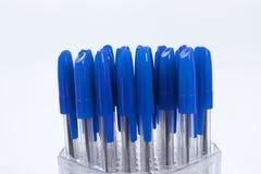 Много ручки шариковой авторучки на белой предпосылке стоковое изображение