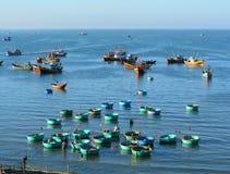 Много рыбацких лодок на море в Ne Mui, Вьетнаме Стоковое Изображение