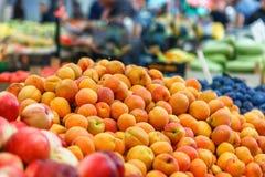 Много свежий абрикос на рынке, крупном плане Стоковое фото RF