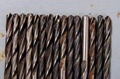 Много сверла на покрашенной предпосылке металла концепция diff Стоковое Фото