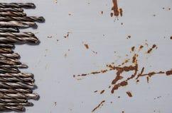 Много сверла на покрашенной предпосылке металла Стоковое Изображение RF