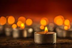 Много свечей symolizing похоронное celebrati спа рождества religios стоковое фото rf