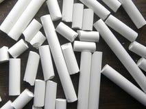 Много сломленных и непрерывных белых ручек мела стоковая фотография