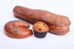 Много смешанных хлебы и булочек на белой предпосылке стоковое изображение