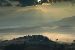 Много смогли в утре и справедливо от отражения восхода солнца дальше смогл настолько красивый Стоковые Изображения RF
