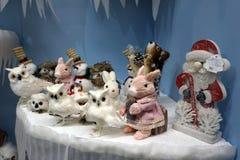 Много снеговики игрушек, кролик, сычи и лиса, положение, игрушки рождества - изображение стоковая фотография rf