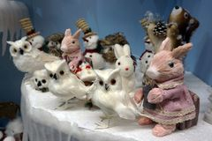 Много снеговики игрушек, кролик, сычи и лиса, положение, игрушки рождества - изображение стоковое изображение