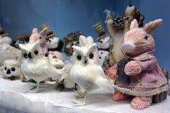 Много снеговики игрушек, кролик, сычи и лиса, положение, игрушки рождества - изображение стоковые фото