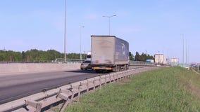 Много современных автомобили и тележек двигают на дорогу акции видеоматериалы