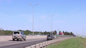 Много современных автомобили и тележек перевозки двигают на дорогу видеоматериал
