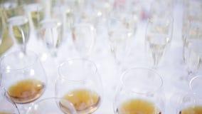 Много стекел шампанского на таблице на приеме outdoors сток-видео
