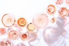 Много стекел розового вина на дегустации вин Концепция розового вина стоковые фотографии rf