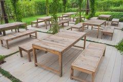 Много строка деревянных стула и сервировки стола на красивом открытом саде Стоковые Изображения RF