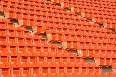 Много стульев апельсина в футбольном стадионе Стоковые Фотографии RF