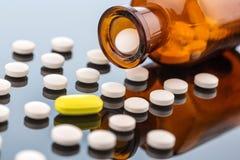 Много таблеток с контейнером стоковые фотографии rf