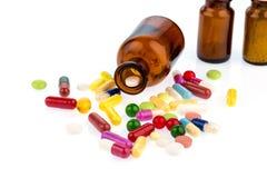 Много таблеток с контейнером стоковые фото