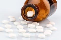 Много таблеток с контейнером стоковая фотография rf