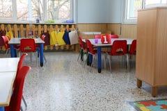 Много таблиц с стульями и игрушки в preschool для детей Стоковое Фото