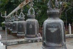 Много тайский колокол в тайском виске Стоковое Изображение